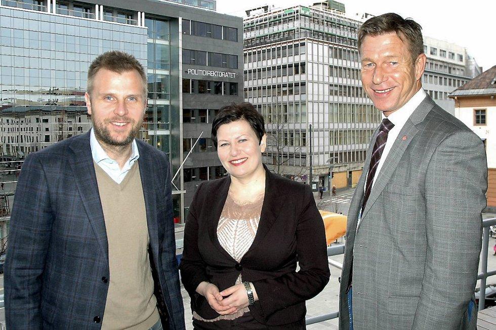 Ap-politikerne Torgeir Micaelsen (t.v.), Helga Pedersen og Terje Aasland har tatt pulsen på konkurranseutsatte bedrifter.