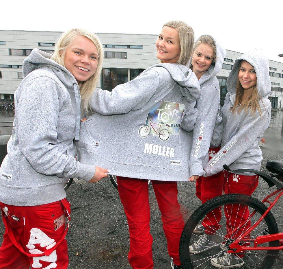 EGEN LOGO: Marte Tvenge (18) (lengst til høyre) har designet logoen.
