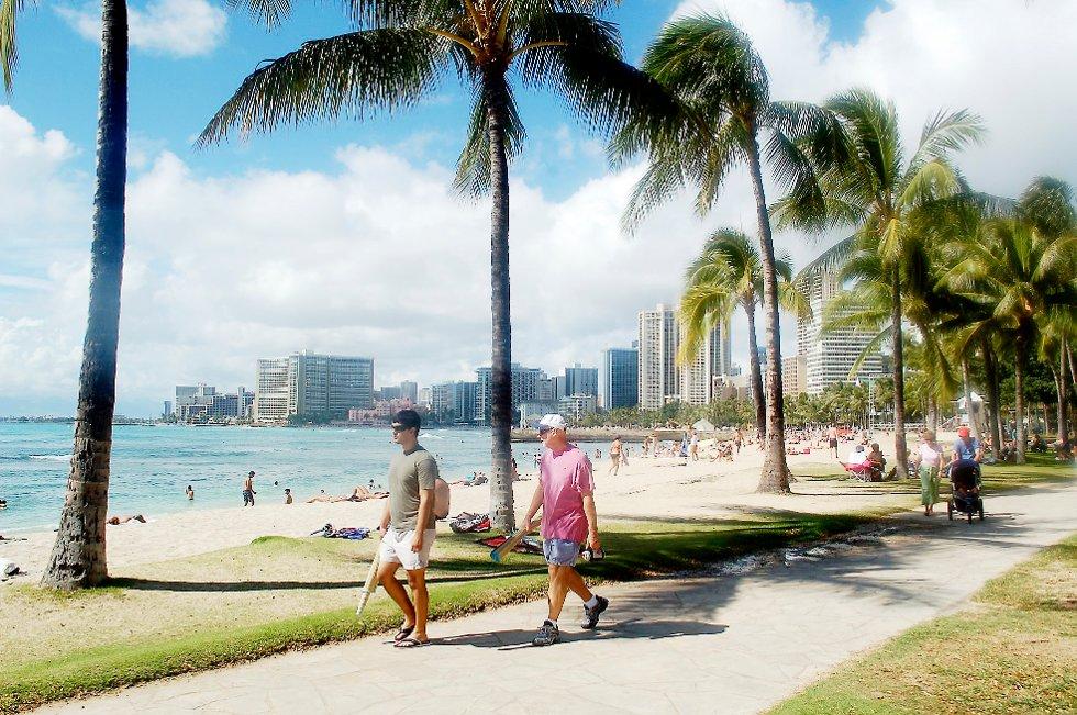 SE OG BLI SETT: Strandpromenaden på Waikiki beach er et typisk «se- og- bli- sett» sted. Her kan du møte kjendiser.