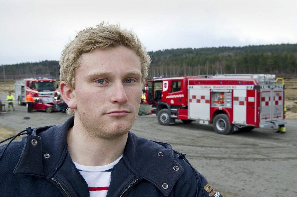 Statensvegvesen, politi,brannvesen og ambulansetjenesten (?) demonstrerte for russen i Kongsvinger hvordan en trafikk ulykke kunne se ut på Kongsvinger travbane.                 FOTO: JENS HAUGEN (Foto: )