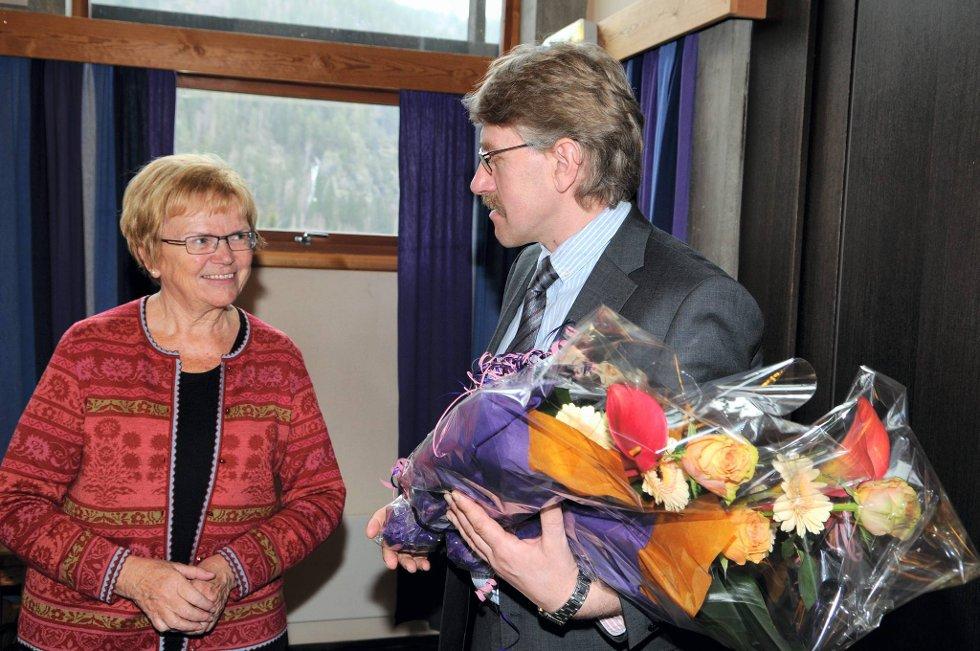 KLARSIGNAL: Samferdselsminister Magnhild Meltveit Kleppa ble møtt med blomster av ordfører Kåre Helland, da hun kom med gledesbudskapet fredag formiddag. FOTO: INGVAR SKATTEBU