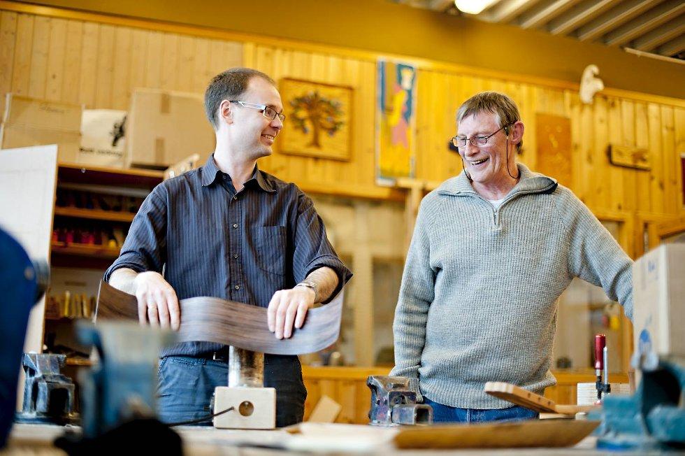Travelt eller ei, god stemning er det tid til. Knut Garli og Knut Seglem.  (Foto: VIDAR LANGELAND)