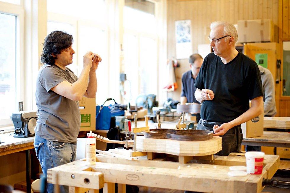Instruktør Victor tar seg god tid til å vise deltakerne hvordan det skal gjøres. Jan Jensen tar gjerne i mot gode råd.  (Foto: VIDAR LANGELAND)
