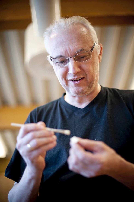 Jan Jensen liker både konstruksjon og treskjæring. Da passer oppgavene på gitarbyggerkurset ham perfekt.  (Foto: VIDAR LANGELAND)