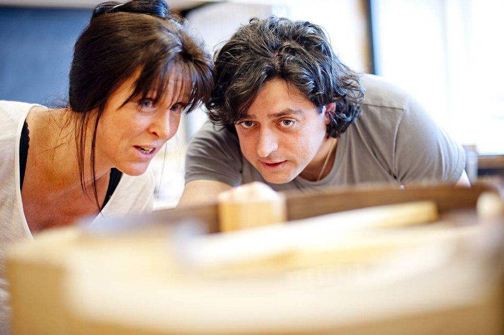 Anne-Grethe Fosse følger nøye med når instruktør Victor Manzanera forklarer neste steg. (Foto: VIDAR LANGELAND)
