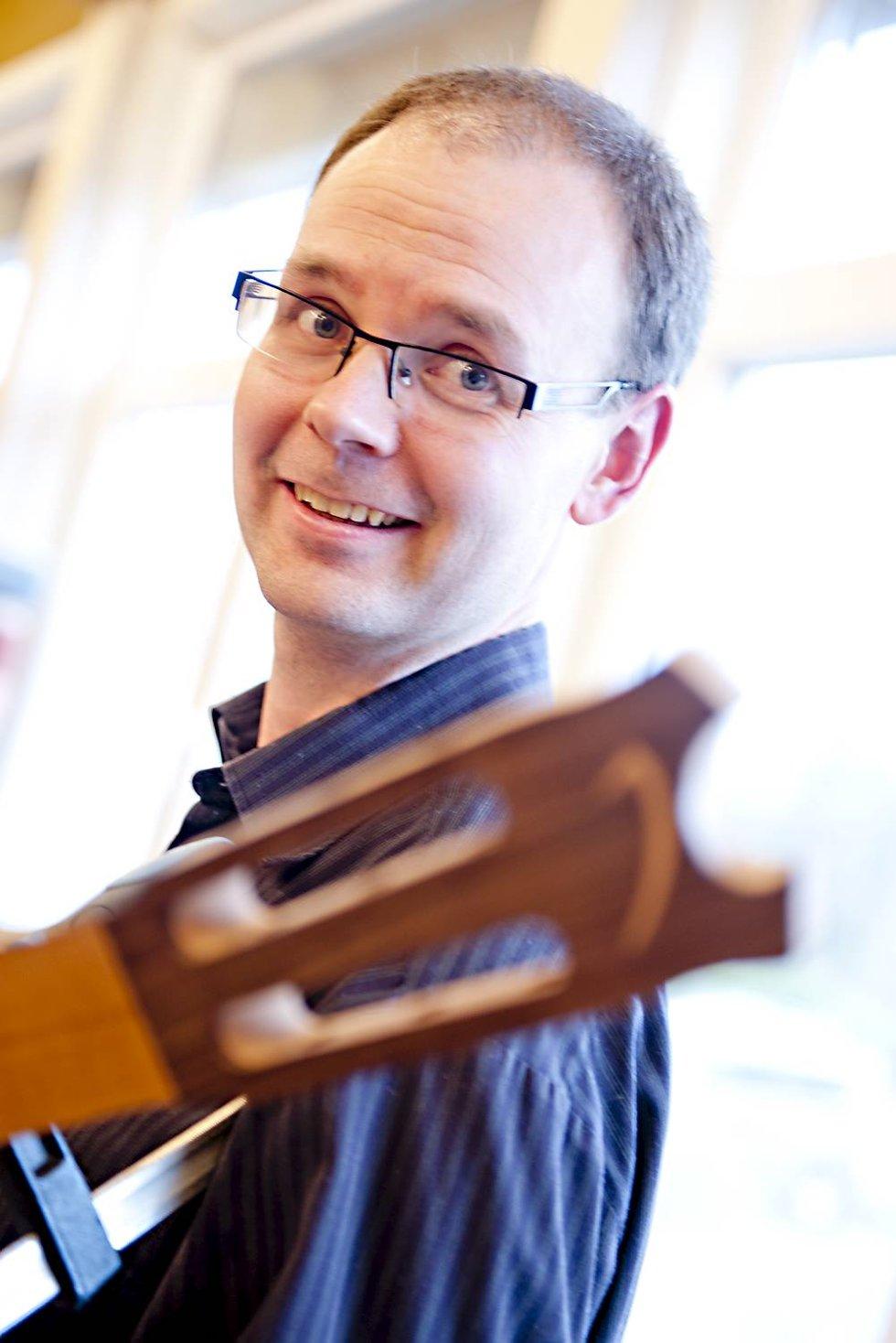 Knut Garli med personlig vri. Han har risset inn sin egen forbokstav på gitarhalsen. (Foto: VIDAR LANGELAND)