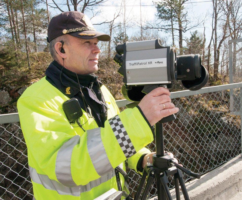 Dagfinn Kvanneid sjekker både fart, mobil- og beltebruk under kontrollene.
