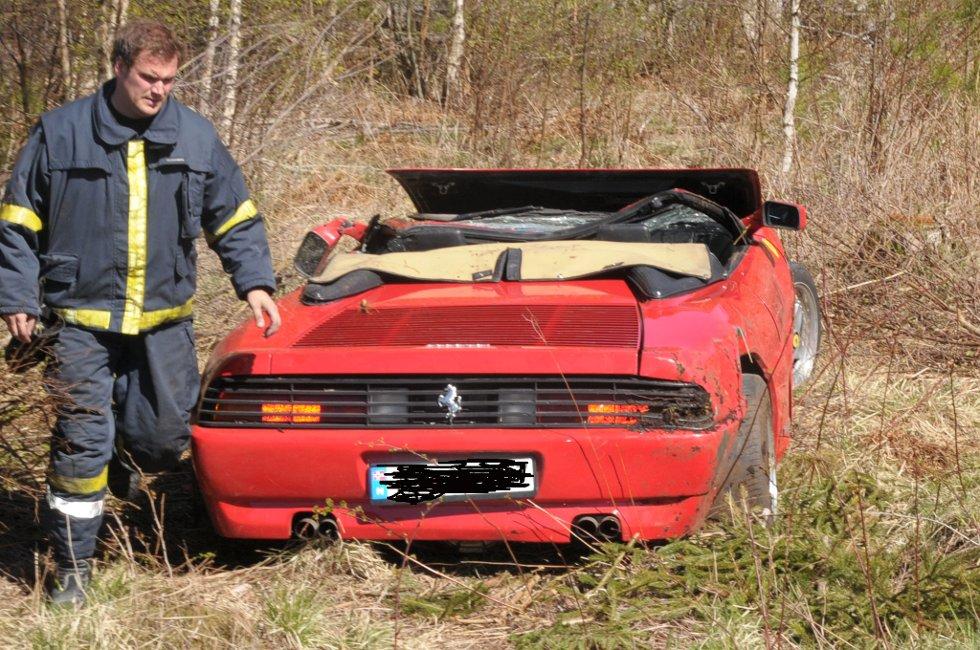 Cabrioleten som lå opp-ned ble stroppet opp og snudd av brannmannskaper fra Østre Agder brannvesen avdeling Tvedestrand.