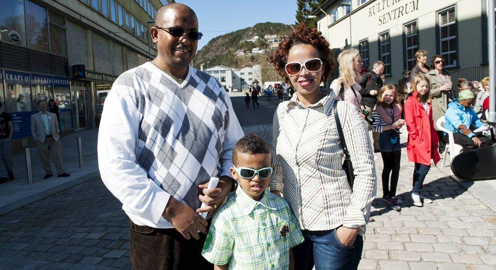 For bare dager siden gledet familien seg over 1. mai-feiringen i Bergen. Fridde 1. mai, giftet seg 1. mai, og fikk Nathan 1. mai. Asfaw (t.v.) og Zinash og Nathan Eshete.