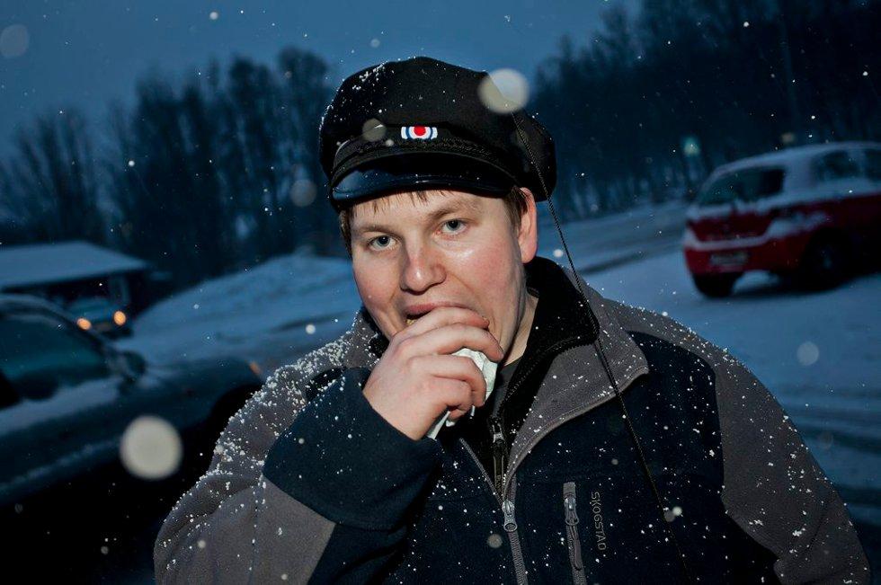 LEGGER GRUNNLAG: Eirik Hansen, svartruss fra Tromsø Maritime, legger viktig grunnlag før en lang natts fest. (Foto: Vidar Dons Lindrupsen)