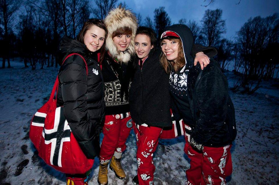 """GODT KLEDT: Stine Georgsen, """"Dagens best kledde"""" Sofie Nordbakken, Marion Olsen, Benedicte Sepola. (Etter å ha sett på fortografens bilde: - Bildet ble jo kjempebra! Vi ser jo nesten edru ut!)                                   (Foto: Vidar Dons Lindrupsen)"""