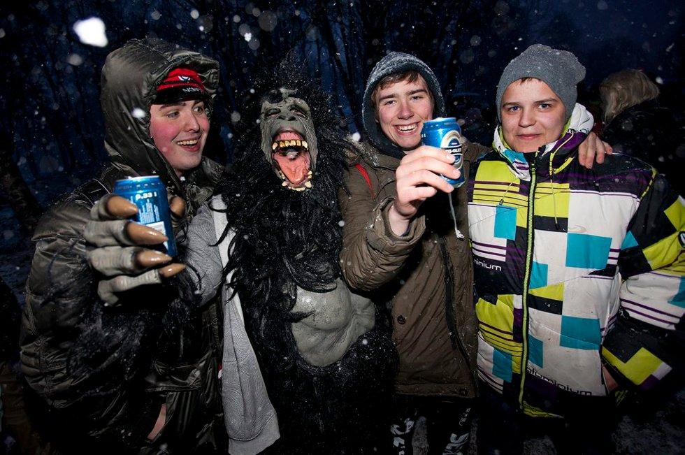 BARE AP: - Apen heter Børre. Han inne i apen heter egentlig Kai, fikk vi forklart fra Mathias Vestberg, Runar Kjellvik og Ruben Aaronsen. (Foto: Vidar Dons Lindrupsen)