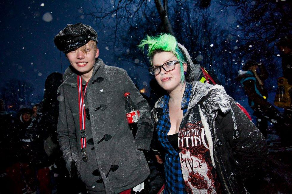 DAGENS GRØNNESTE: Thomas Knudsen og Solveig- Marie Søderholm trivdes med å henge ut i Telegrafbukta.. (Foto: Vidar Dons Lindrupsen)
