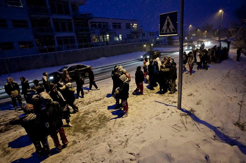 KØ VED BUSSTOPPEN: Etter hvert ble det stadig flere som ventet på bussen til byen. (Foto: Vidar Dons Lindrupsen)