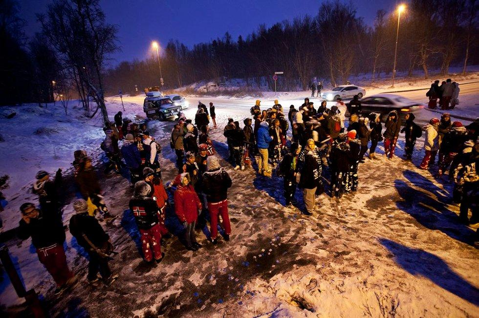 BUSSKØ: Og enda flere som ventet på bussen og skyss fra andre. (Foto: Vidar Dons Lindrupsen)