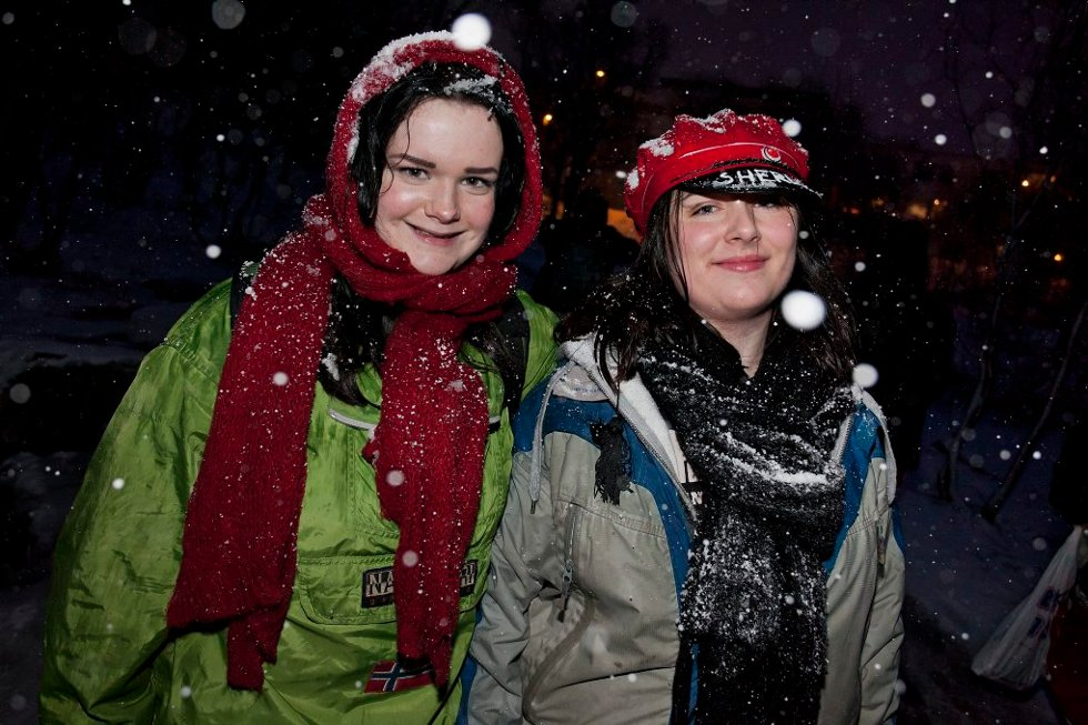 - SKJERF ER TINGEN: Charlotte Kristiansen og Signe Marie Jensen holdt på varmen med store, gode skjerf. (Foto: Vidar Dons Lindrupsen)