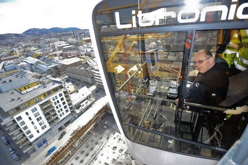 Bodøs luftigste arbeidsplass - kran i Kulturkvartaltomta - kranfører                                  Bodø sentrum - oversiktsbilde sentrum (Foto: )