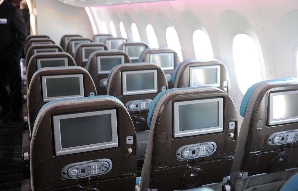 Ikke noe å utsette på underholdningstilbudet om bord i en Dreamliner.  (Foto: Terje Pedersen, ANB)