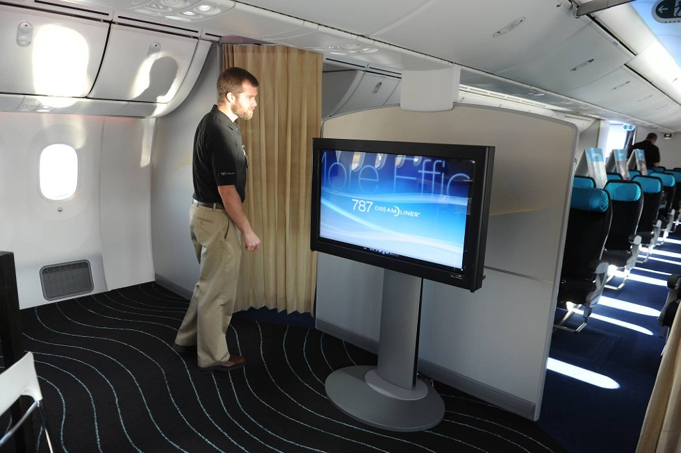 En ekte Dreamliner har selvfølgelig litt større TV om bord.  (Foto: Terje Pedersen, ANB)