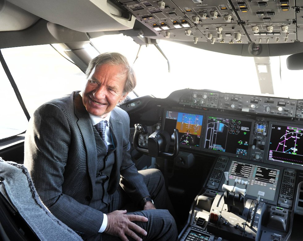 Sjefen sjøl, Bjørn Kjos, er naturligvis fornøyd med det nye flyet.  (Foto: Terje Pedersen, ANB)
