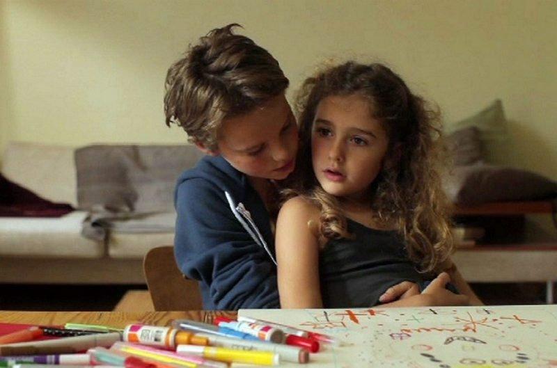 Nye i byen. «Tomboy» forteller om søstrene Laure (10) og Jeanne (6) som flytter til ett nytt sted. Laure griper muligheten til å starte med blanke ark.