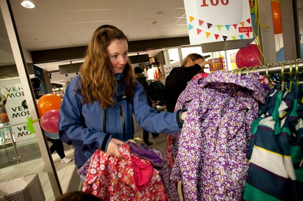 Kristin Johansen (23) ser etter barneklær. (Foto: Vidar Dons Lindrupsen)