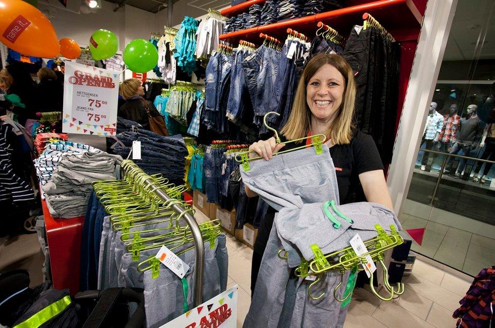 Cecilie Pehrson (35) fra hovedkontoret i Danmark hjelper til med åpningen av ny butikk. Hun presiserer at hun oprinnelig er harstadvæ¦ring. (Foto: Vidar Dons Lindrupsen)