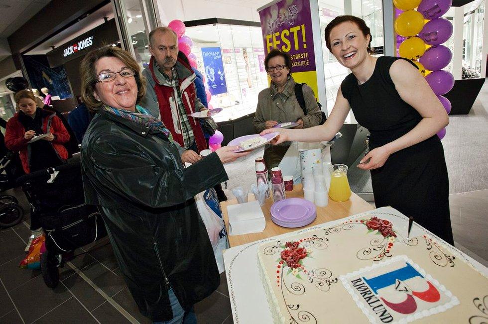 Åshild Kristensen får kake av Anette Leonhardsen. (Foto: Vidar Dons Lindrupsen)