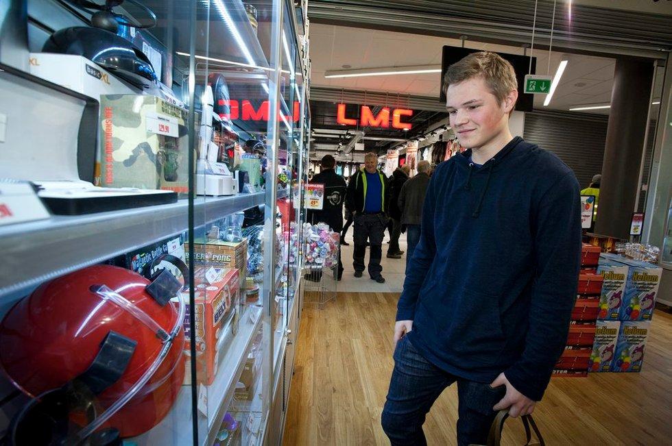 """Markus Brustad (17) er glad for at det kommer noen nye butikker og gleder seg til at senteret blir helt ferdig. """"Så har man noe å bruke penger på."""" (Foto: Vidar Dons Lindrupsen)"""