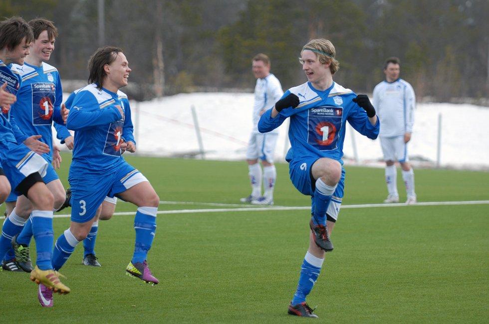 Nicolai Skorpen feirer 3-1-scoringen mot HFK med å ta kyllingdansen sammen med Anthony Logje og Mats Frede Hansen.