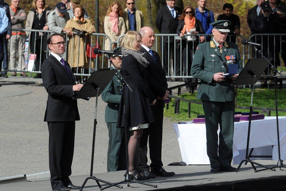 Bodil Tokle mottok medaljen for edel dåd på vegne av sin sønn Simen Tokle,av forsvarssjef Harald Sunde og forsvarssjef Harald Sunde. Bjørn Ingebrigtsen står i midten.