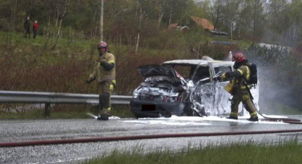 En bil ble fullstendig utbrent etter at den kolliderte med en lastebil i Arna tirsdag kveld.