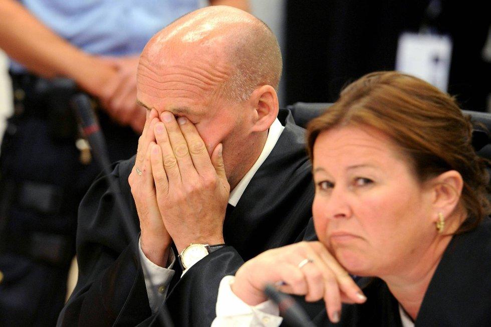 - Ingen tillitskrise mellom oss og Breivik, avviser forsvarer Vibeke Hein Bæra. Her sammen med forsvarer Geir Lippestad i Oslo Tingrett onsdag.