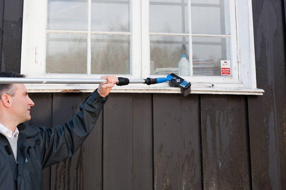 Det er den mekaniske skrubbingen som fjerner skitten  å bare påføre vaskemiddel er ikke nok, sier Enrico Bastiani i Nordsjö.