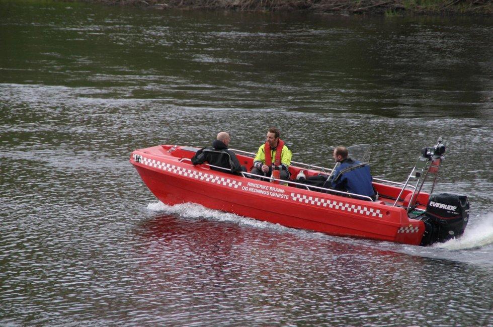 Brannvesenet var raskt ute med båt da meldingen kom om at en person drev nedover elva.