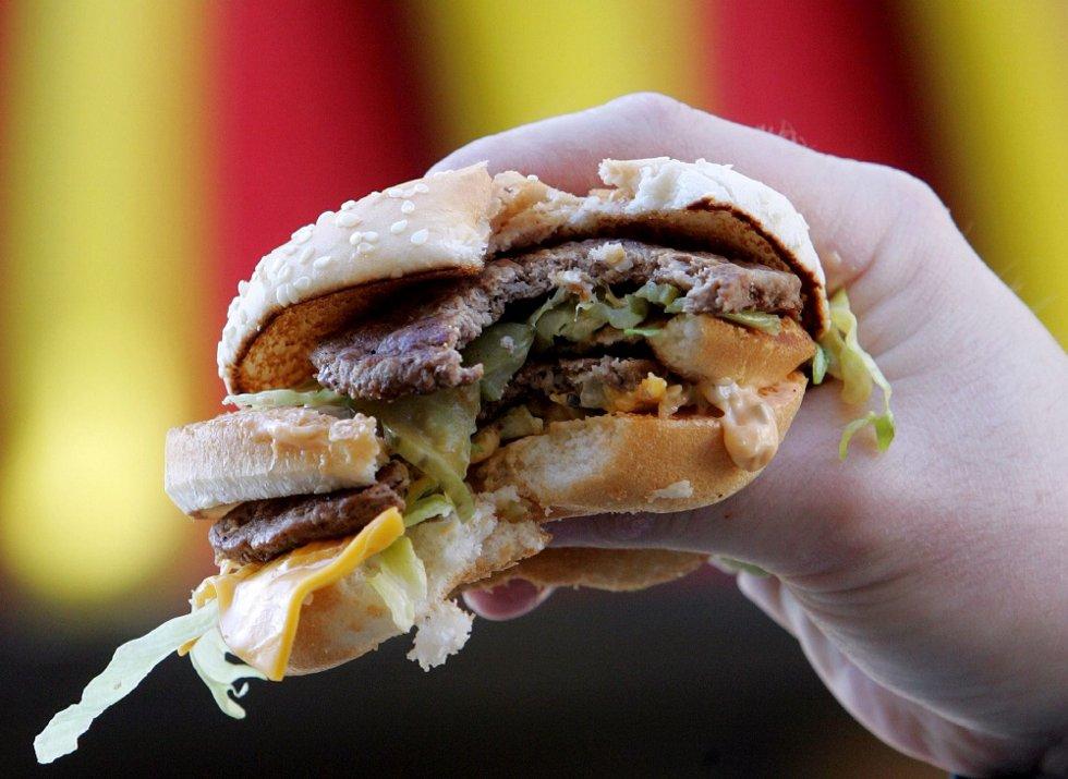 UREGELMESSIG SPISING: ? Ungdom spiser over alt til alle døgnets tider, hevder forskere. Foto: SCANPIX