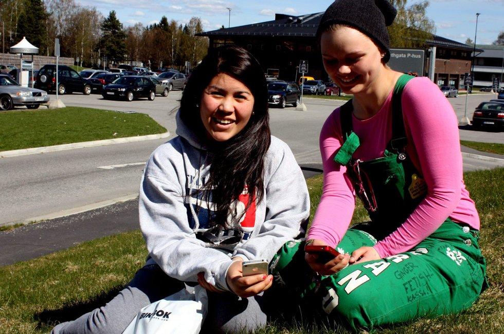 AVHENGIGE: Nicole Garcia (16) fra Oslo og Silje Grande (19) fra Kløfta føler seg avhengige av mobil. Foto: Tina Oppen