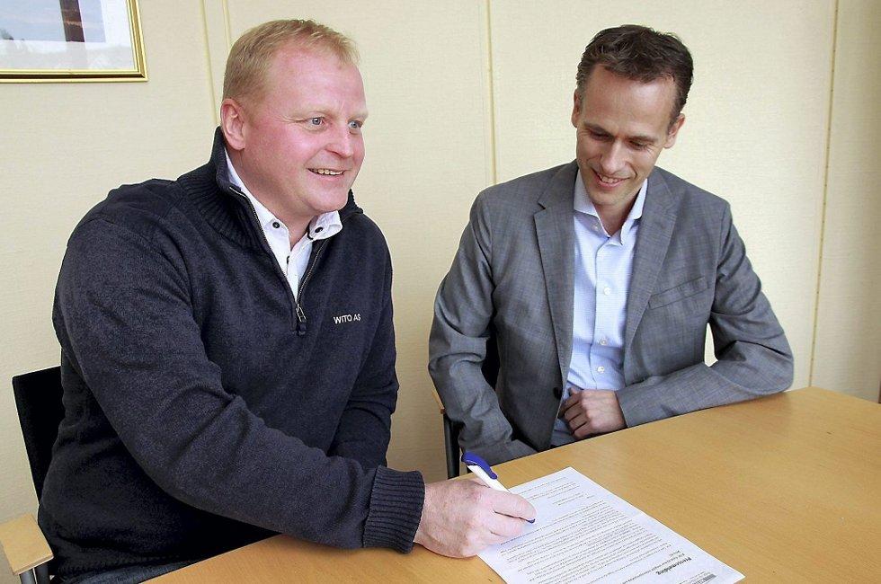 Livsverk: Tidligere i dag undertegnet Wito-gründer Tom Wiggo Bjerknes (til venstre) en intensjonsavtale om salg av 70 prosent av aksjene i sitt entreprenørfirma til Ø. M. Fjeld, representert ved administrerende direktør Kjell Bjarte Kvinge. Foto: Jens Haugen