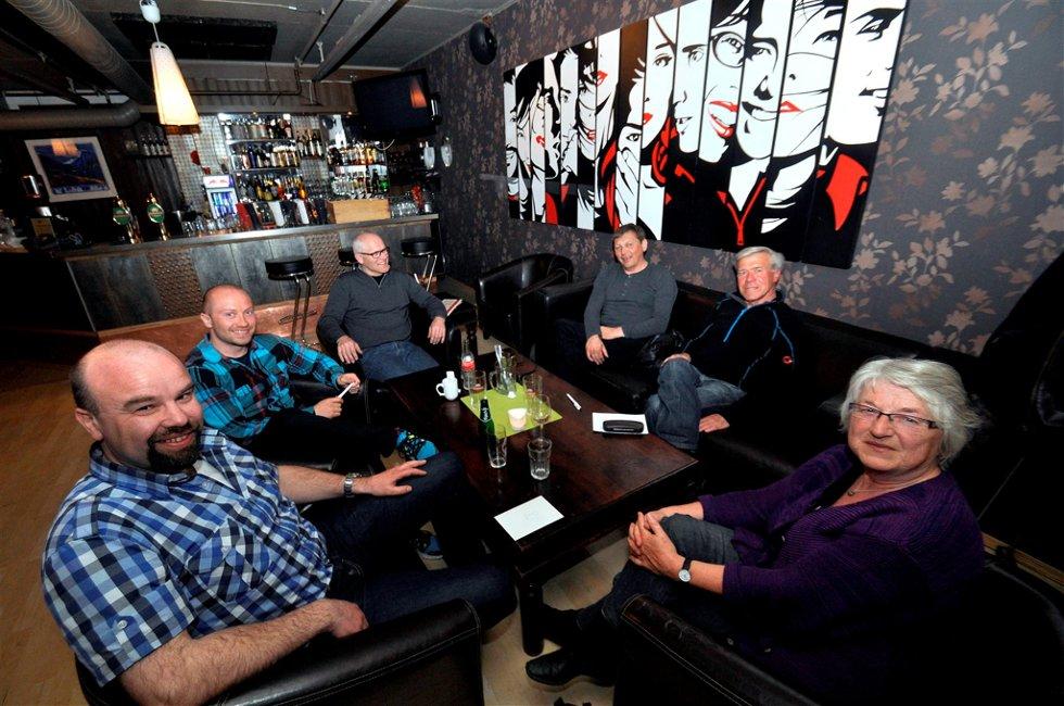 I LEDELSEN: Musk leder Opdalingens nyhetsquiz så langt. Foran fra venstre og rundt bordet sitter Håvard Melhus, Mikkel Olberg, Jens Sæteren, Terje Grøsseth, Jarle Randen og Sigrid Romsås. Foto Mariell Tverrå Løkås
