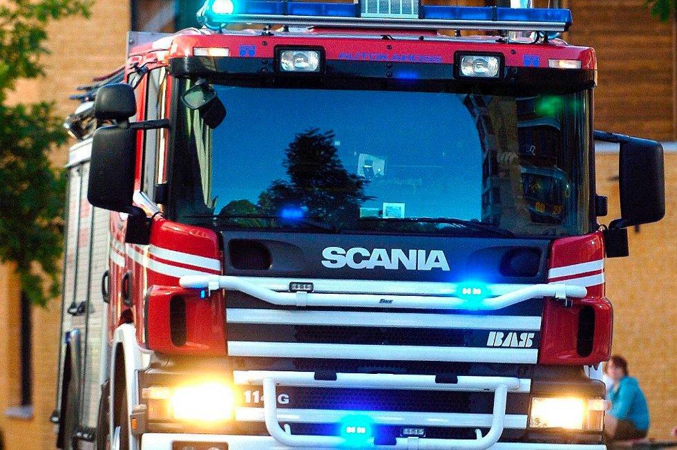 Politiet fikk melding om brannen klokka 13.56. Alle de 25-30 beboerne i bygningen skal være reddet ut.