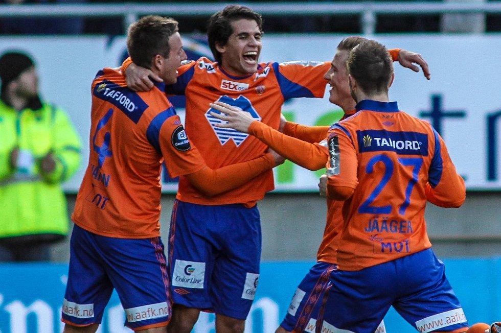 Lagkameratene gratulerer Lars Fuhre etter ett av sine to mål.