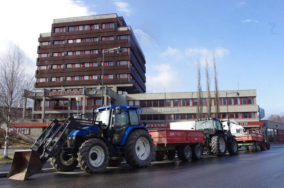 Mandag morgen hadde tynsetbøndene inntatt tynsetbyen med traktorer og slagord.