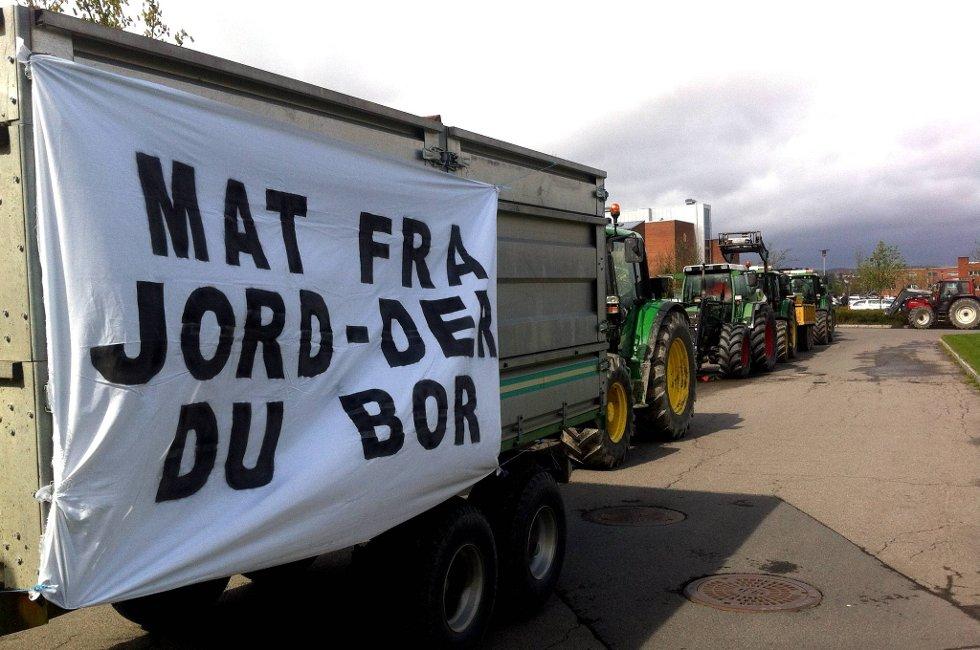 Bondelaget aksjonerte foran rådhuset i Skedsmo i Lillestrøm mandag. Om lag 60 bønder, anført av en rekke med traktorer under parolen «Mat fra jord  der du bor», deltok.