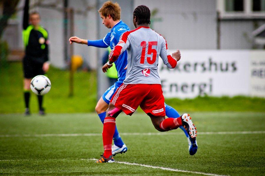 Adeccoligaen , Fotball , 13.05.2012 , Strømmen Stadion , Strømmen v Sarpsborg 08 , Nicolay Solberg i duell med Francois Yabre , Foto: Thomas Andersen (Foto: Thomas Andersen)