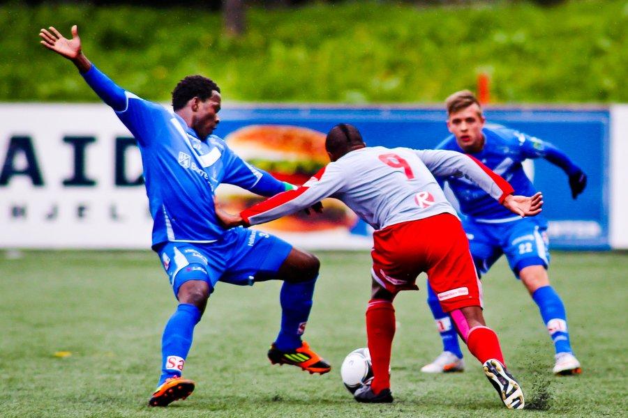 Adeccoligaen , Fotball , 13.05.2012 , Strømmen Stadion , Strømmen v Sarpsborg 08 , Stanley Ihugba i duell med Colin Nkee , Foto: Thomas Andersen (Foto: Thomas Andersen)
