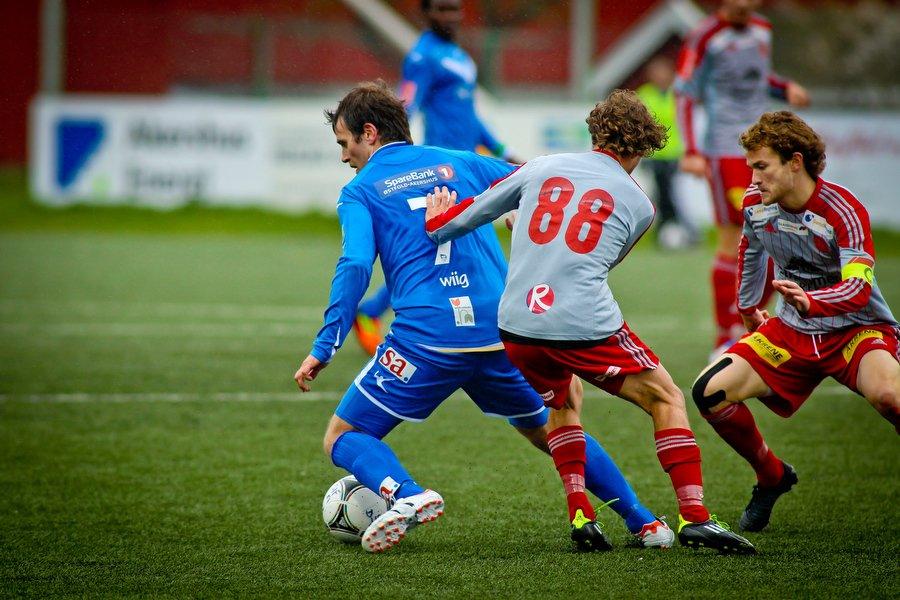 Adeccoligaen , Fotball , 13.05.2012 , Strømmen Stadion , Strømmen v Sarpsborg 08 ,  Martin Wiig i duell med Stian Rasch , Foto: Thomas Andersen (Foto: Thomas Andersen)