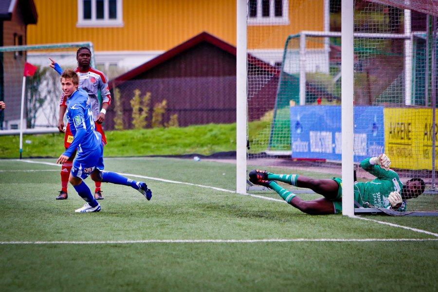 Adeccoligaen , Fotball , 13.05.2012 , Strømmen Stadion , Strømmen v Sarpsborg 08 , Nicolay Solberg setter inn 1-0 bak Duwayne Kerr , Foto: Thomas Andersen (Foto: Thomas Andersen)