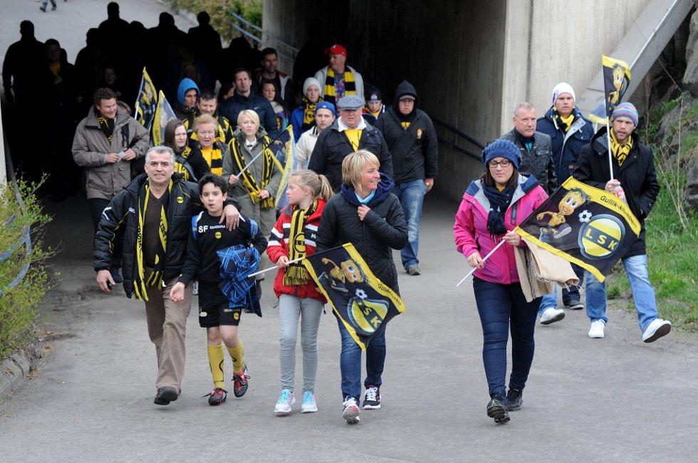 KAMPDAG: Fansen ankommer stadion. (Foto: Vidar Sandnes                   )