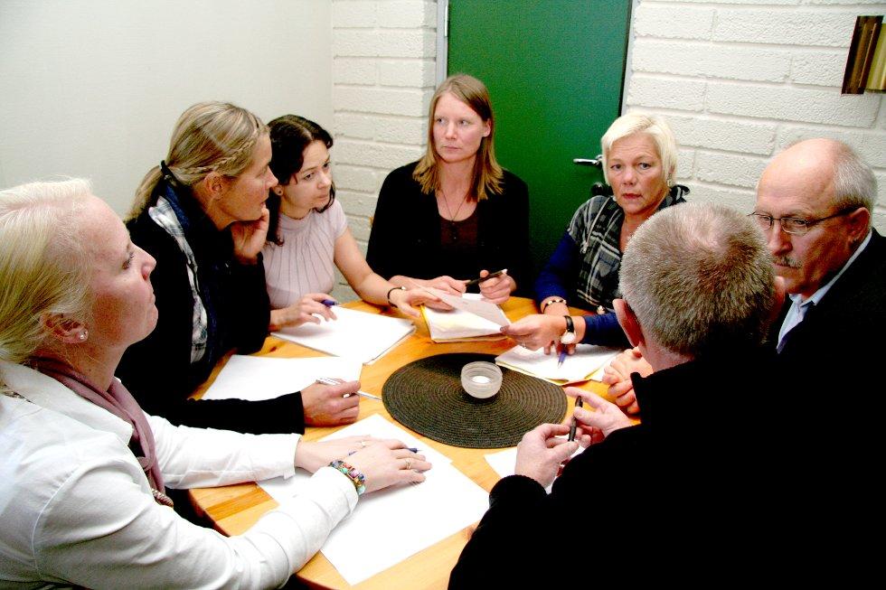 Ingvill Dalseg Snøfugl (H, fra venstre), Brit Eide Fredriksen (Sv), Heidi Pawlik Carlson (Krf), Gerd-Mette Vatne Drabløs (V), Bjørg Marit Sæteren (Sp) og John Gisnås (Frp) vil alle beholde dagens skolestruktur. Med ryggen til sitter Arnt Gulaker (Ap). (Arkivfoto: Siv Storløkken)