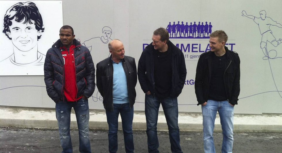 Rodolph Austin, Helge Karlsen, Per Ove Ludvigsen og Erik Huseklepp foran Branns Wall of Fame. Alle fire er med på laget som ble stemt fram av folket.